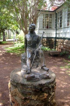 http://www.roomsforafrica.com/images/pretoria_smuts_house_statue.jpg
