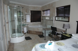 2 Bedroom Unit: Luxury Bed -en-suite room1