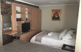 Self catering: Double Bed, Shower (Room 9)